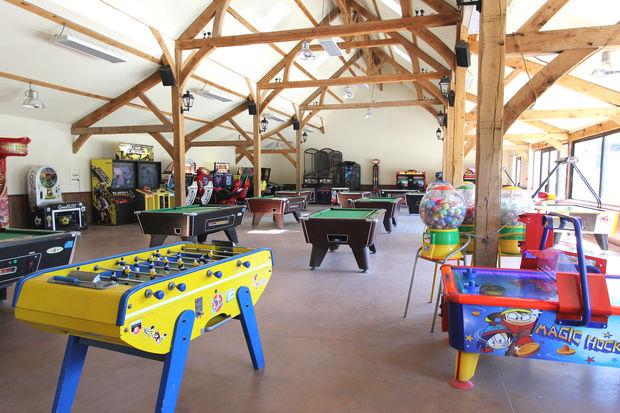 salle de jeux vid o avec billard flipper borne d 39 arcade les ormes. Black Bedroom Furniture Sets. Home Design Ideas