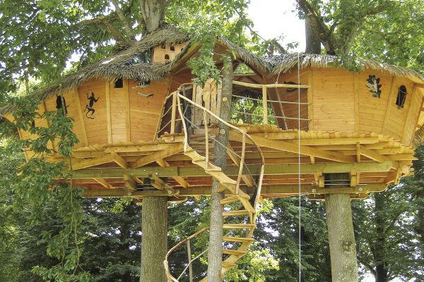 cabane dans les arbres en famille h bergement insolite en bretagne les ormes. Black Bedroom Furniture Sets. Home Design Ideas